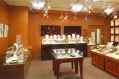 世界中から集められた宝石で<br /> 作られた宝石や彫刻