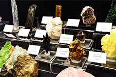世界から集まった天然石の神秘的な美しさ