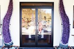 天然石のお店を象徴する<br /> アメジスト(紫水晶)の入口