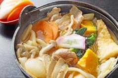 昇仙峡で山梨県民の郷土料理をご賞味ください<br /> おほうとう、馬刺し、鳥もつ煮など美味しい県民食が勢揃い
